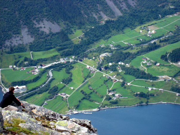 Utsikt fra Stålberghornet 1284 moh, rett ned på Urke.